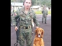 Militar ense&ntilde_a su vrga su tibur&oacute_n