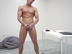 guy with perfect athletic body jerks off on chaturbate