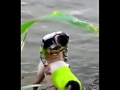 Novinhos filmados trepando no rio